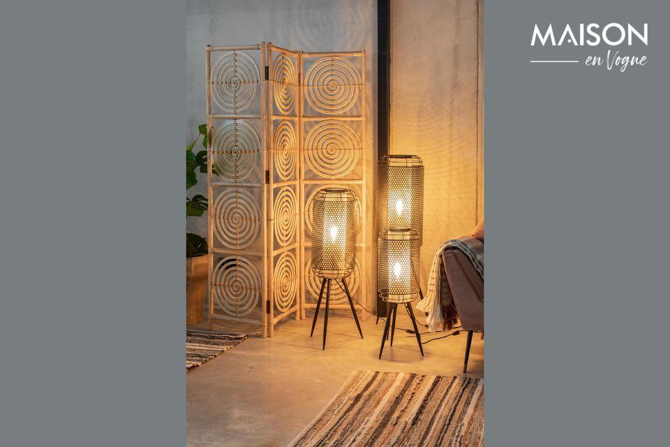 Con sus líneas suaves y su pantalla hexagonal, este poste de luz seduce con su aspecto atípico
