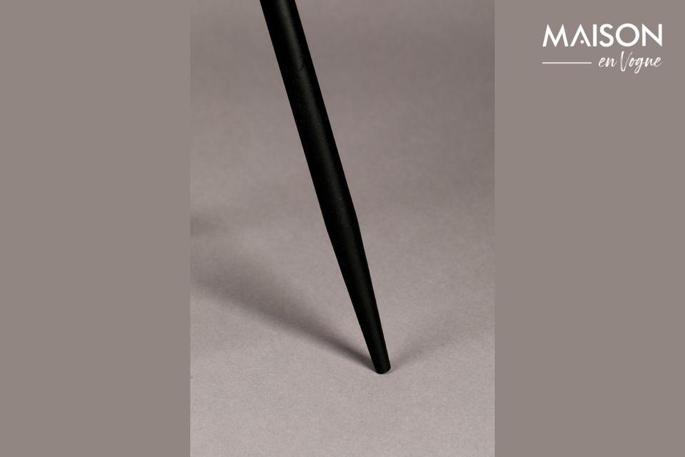En el cilindro exterior, el metal está perforado con pequeños hexágonos