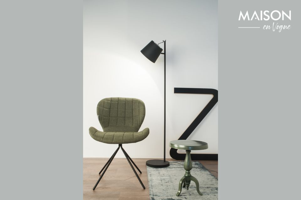 Una lámpara de pie con un diseño simple y versátil