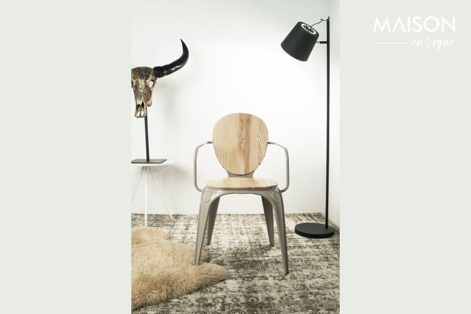 La lámpara de piso negra Buckle Head ofrece un diseño sobrio y puro con su base de metal recta que