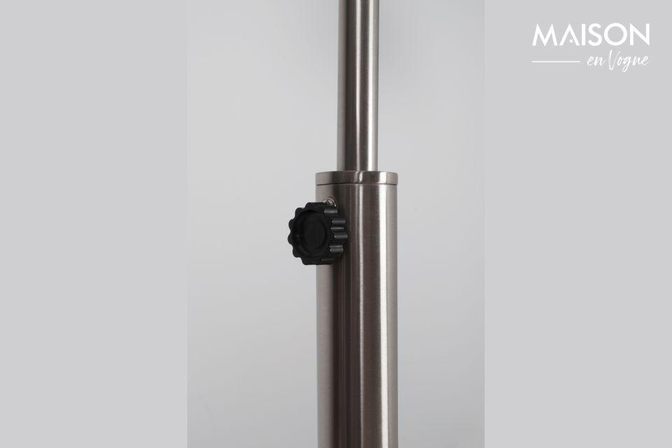 La curva de esta lámpara de pie es perfecta en su redondez y le da al conjunto una silueta esbelta