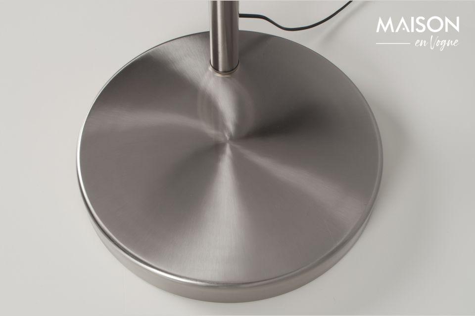 La base de mármol está cubierta de metal cepillado