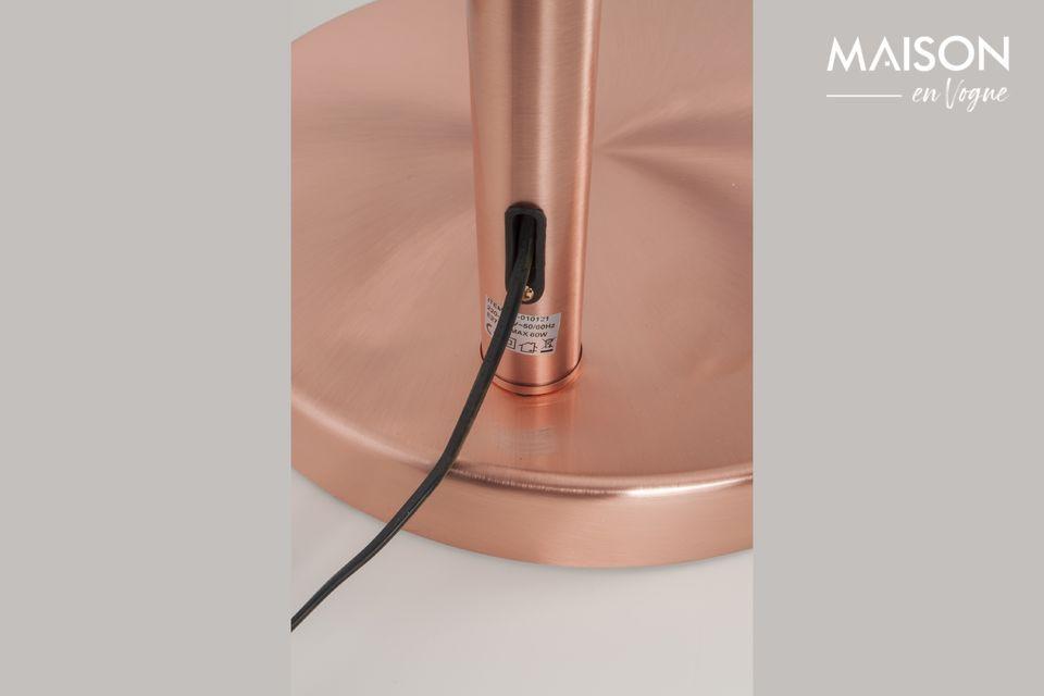 Una lámpara de pie icónica con reflejos metálicos de moda