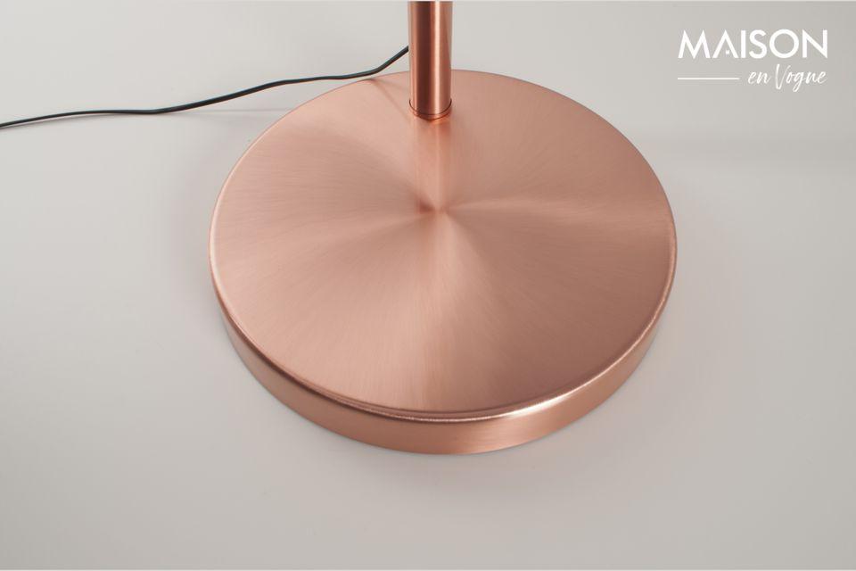 La delgada y espectacular silueta de la lámpara de arco de cobre no puede ser olvidada