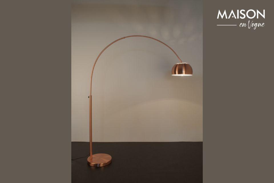 Ofrece su luz con una pantalla en forma de cúpula a una altura de 150 cm