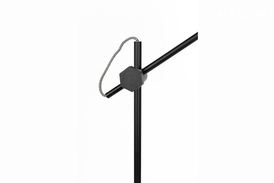 Montado en una base de 135,50 cm de altura, esta encantadora lámpara de suelo es muy funcional