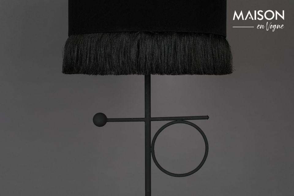 La base de metal conserva este tono oscuro pero con un diseño más contemporáneo que juega con