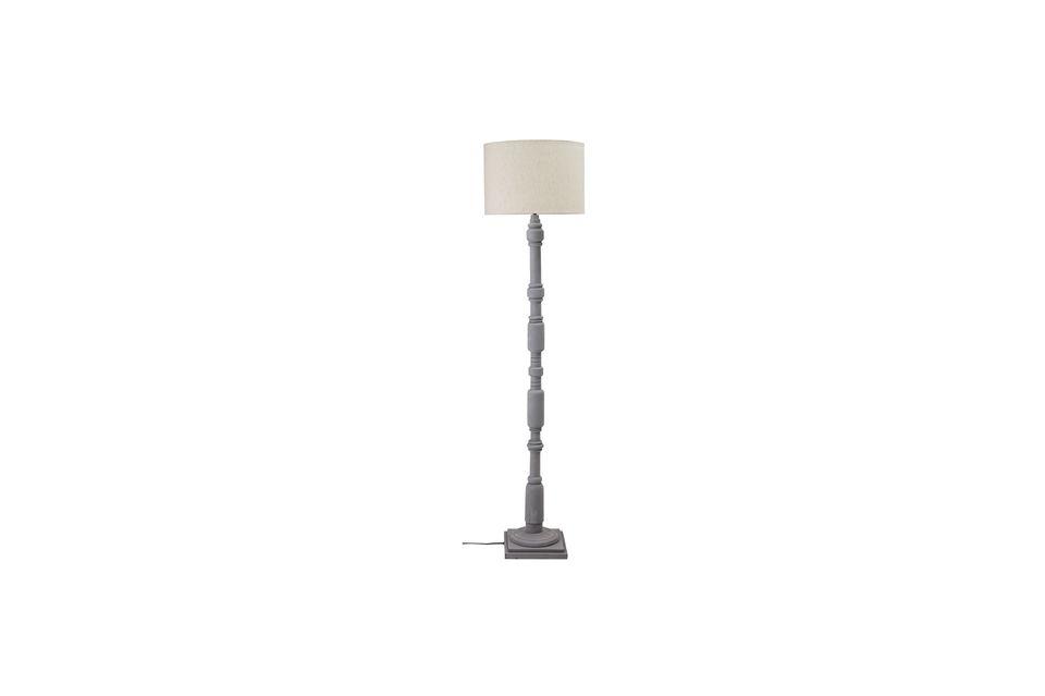 Una lámpara de suelo de estilo retro en madera noble