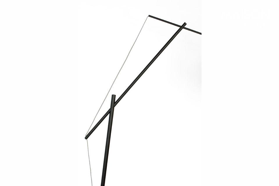 Montada sobre una base circular y sobre un soporte de hierro lacado negro