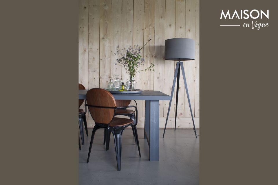 Una lámpara de pie con un diseño moderno y elegante