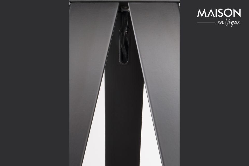 La forma original de esta lámpara de pie le da una gran modernidad