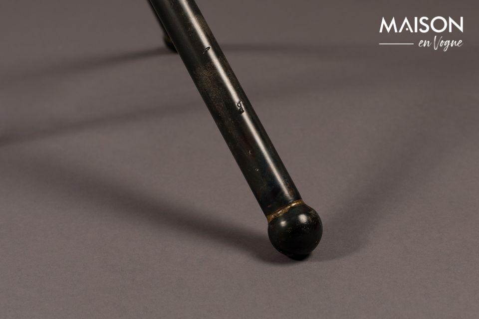 Se sostiene por una base recta y delgada que luego se divide en un trípode