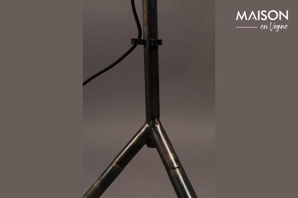 Este diseño auténtico recuerda a la iluminación de un estudio, ideal para un interior moderno