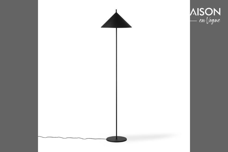 Una lámpara de pie con un diseño geométrico