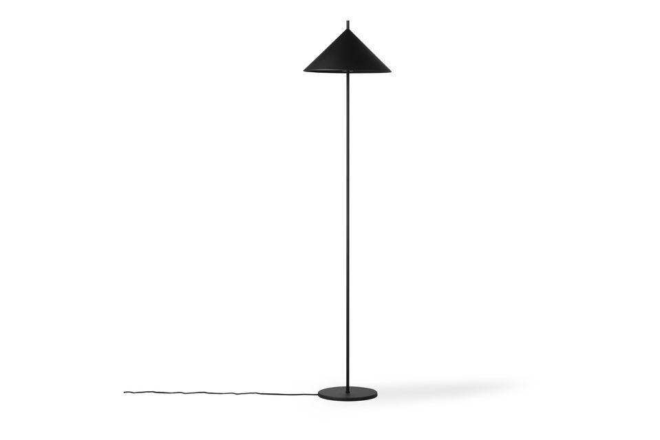 La lámpara triangular Tournay estaba hecha de metal negro mate