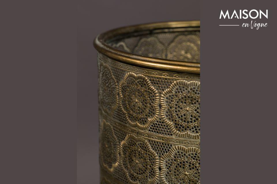 La olla descansa en los pies recubiertos de polvo de oro dando a las plantas de interior el podio