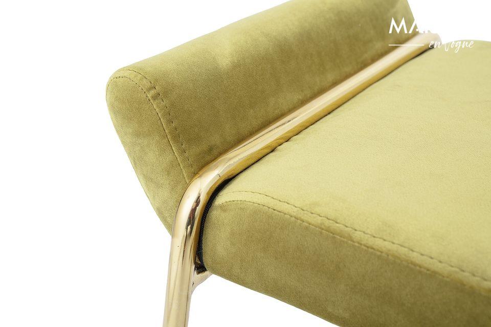 Un asiento que atrae la atención con su metal dorado