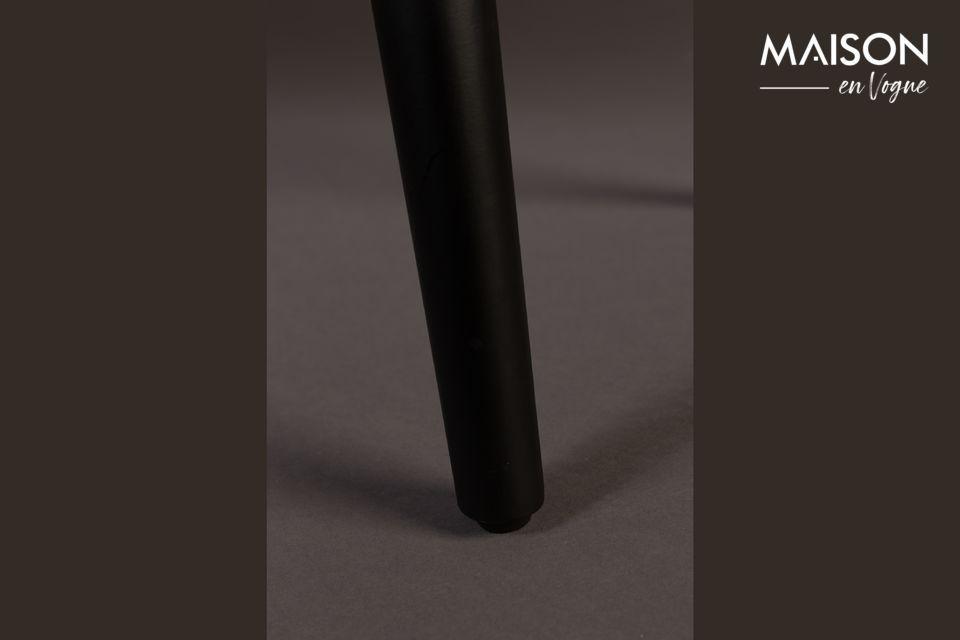 Revela una tapa de madera de nogal con detalles veteados