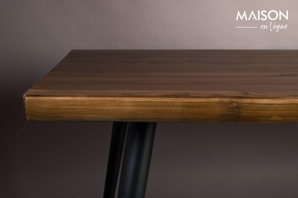 Esta mesa Alagon puede acomodar a muchos invitados y complementa armoniosamente la decoración