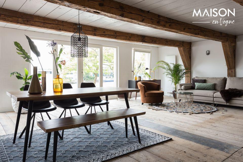 Este modelo inspirado por Dutchbone tiene un diseño elegante con una tapa en madera de nogal con