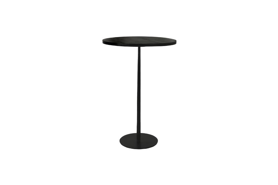 Hay una mesa de bistro y una mesa de bistro