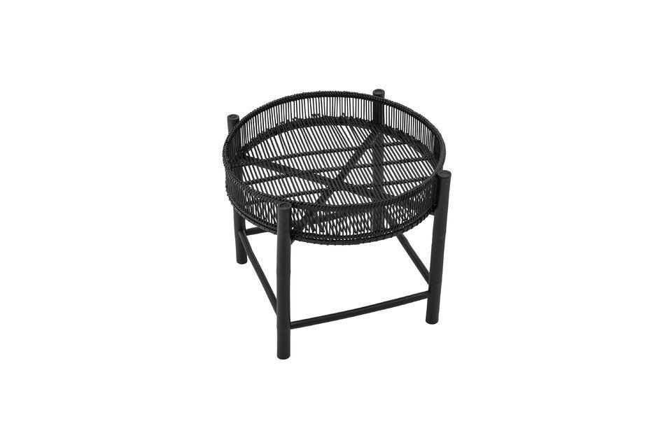 Esta mesa auxiliar de bambú tiene un estilo moderno gracias a su color negro y su mezcla de formas