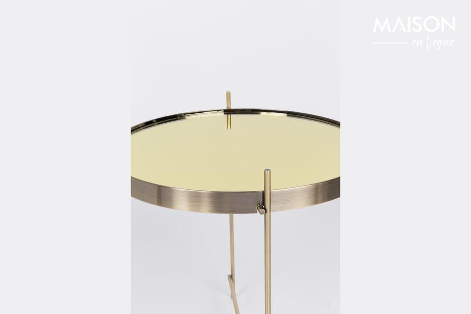 Es un aspecto noble y original que ofrece esta pequeña mesa auxiliar de Cupido de Oro