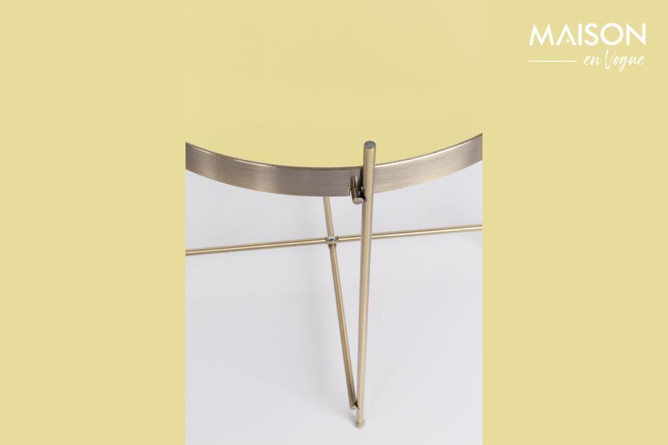 Su tapa removible de espejo y marco de metal están totalmente cubiertos de un tono dorado