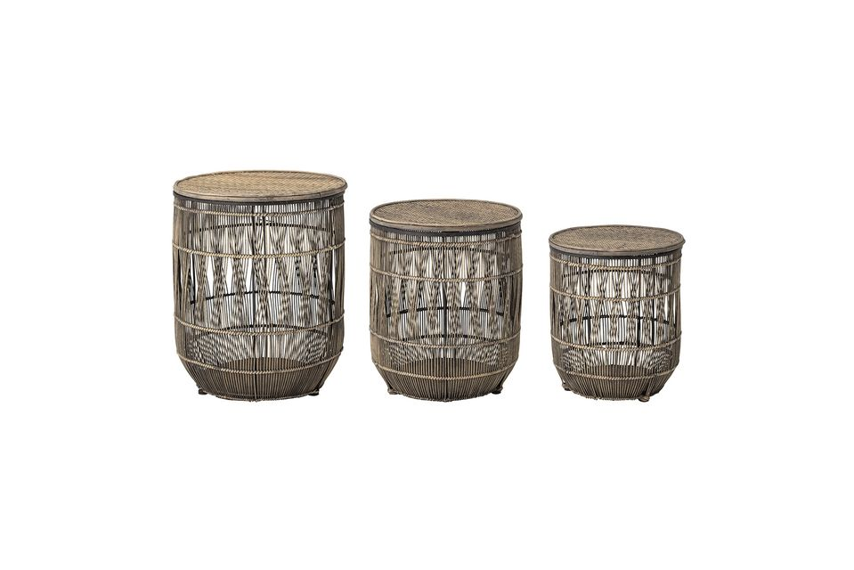 Este juego de tres mesas auxiliares de bambú y ratán le dará un estilo exótico a su interior