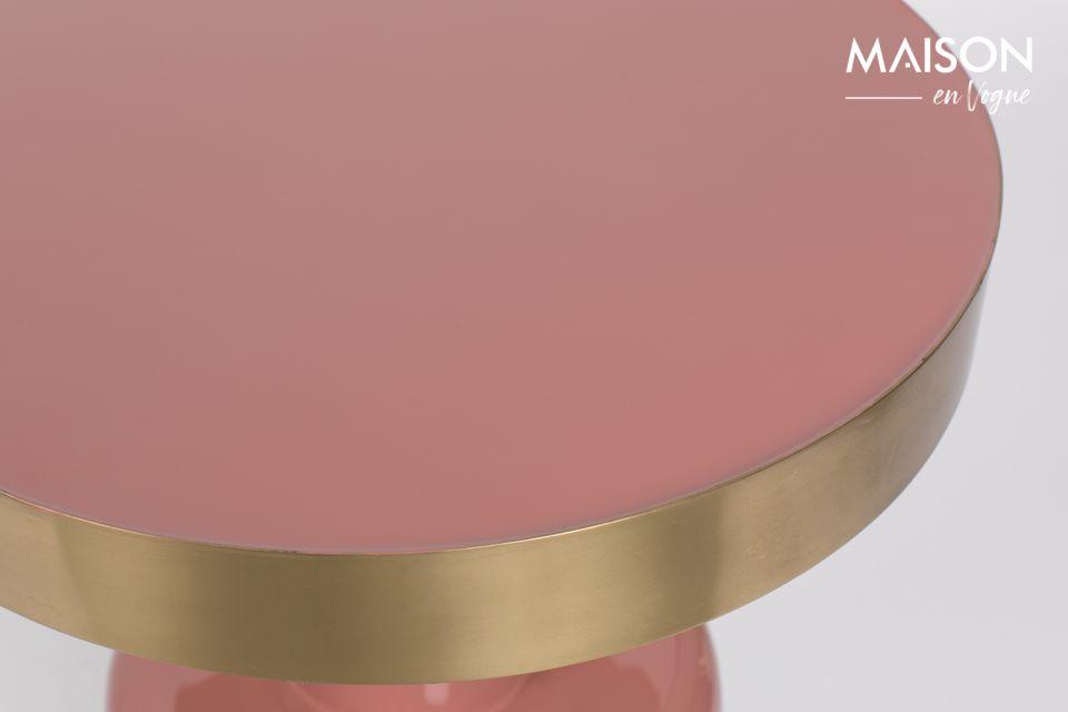 Está vestida con un tono rosa muy femenino rodeado de oro