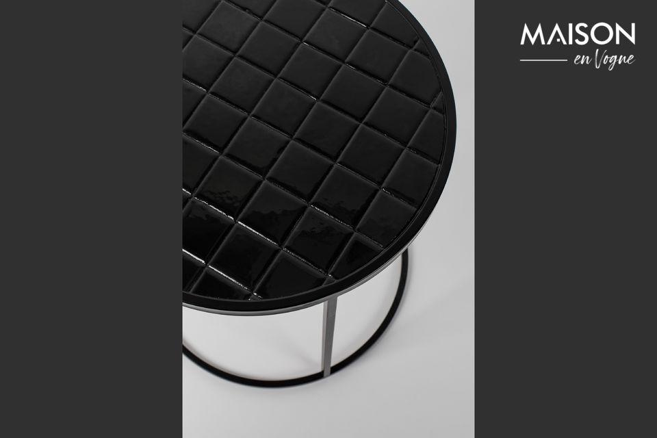 Su base redondeada acentúa su caprichoso aspecto, disponible en tres modernos colores