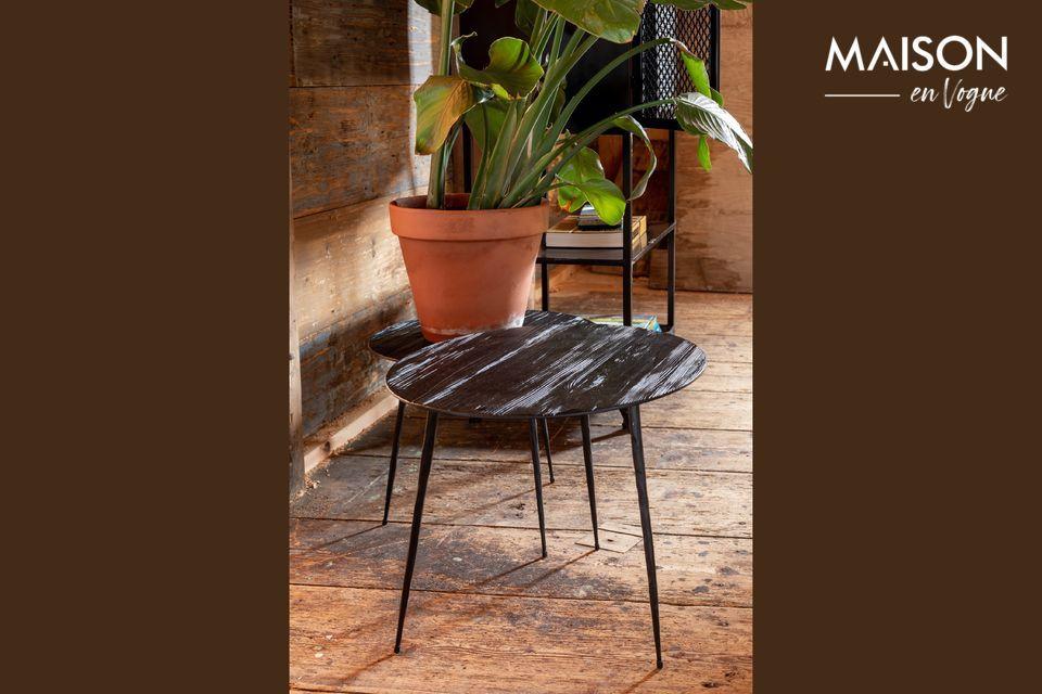 Una mesa auxiliar de madera y acero