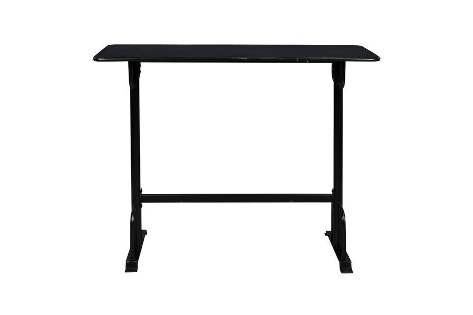 El tablero de la mesa tiene un borde redondeado y en algunos lugares tiene un aspecto original