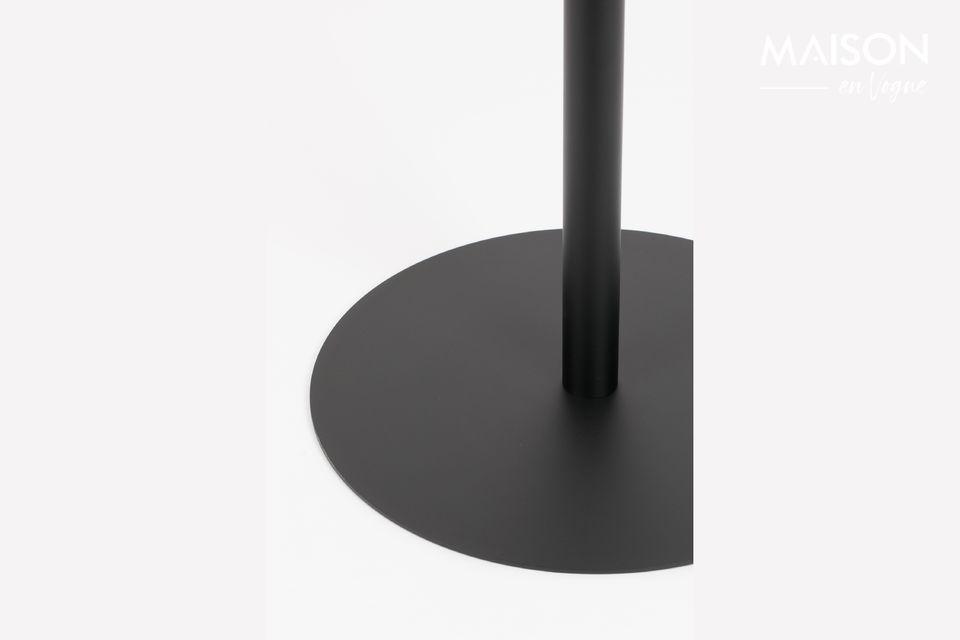 Una mesa de bistro, simple, desnuda, casi ventilada