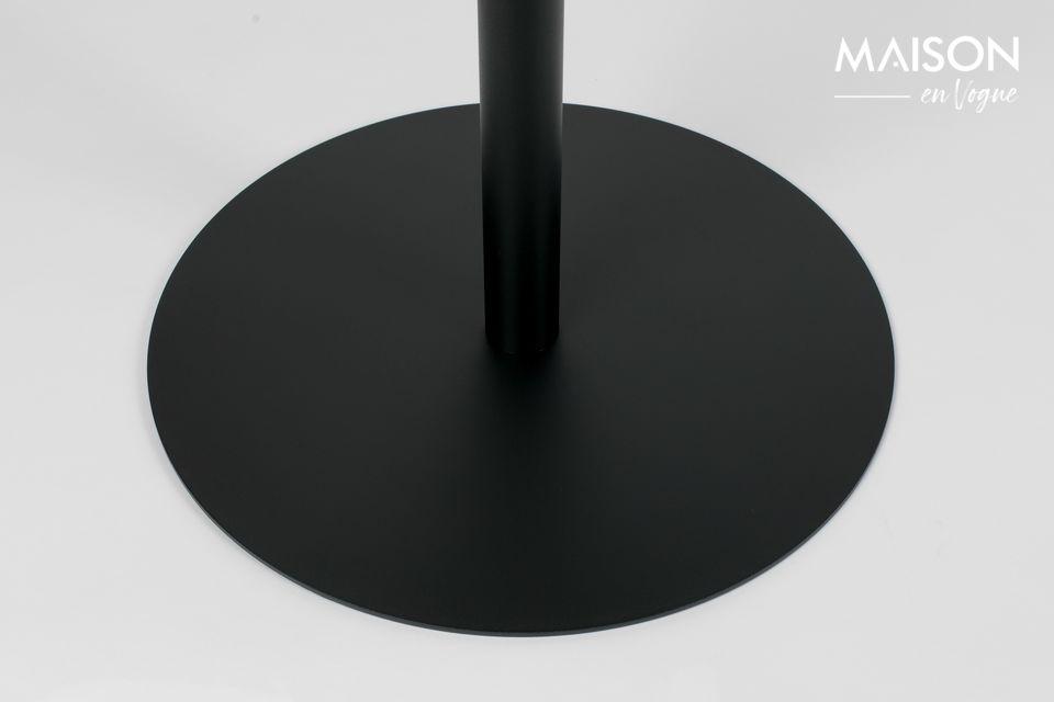 Recubierto con una pintura negra protectora, el acero es resistente y fácil de mantener