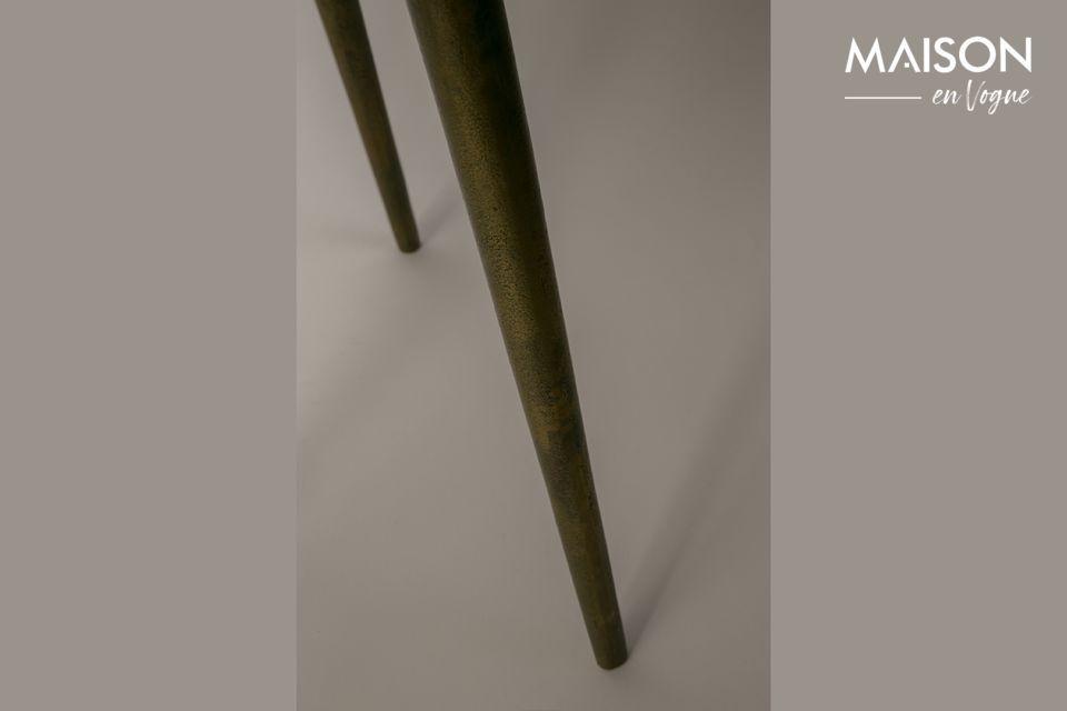 El aspecto dorado y patinado de esta mesa de centro es muy llamativo y aporta un toque de artesanía