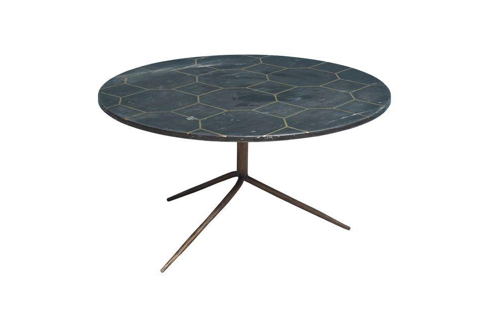 De forma circular, esta mesa tiene una tapa de mármol gris con latón en forma de panal