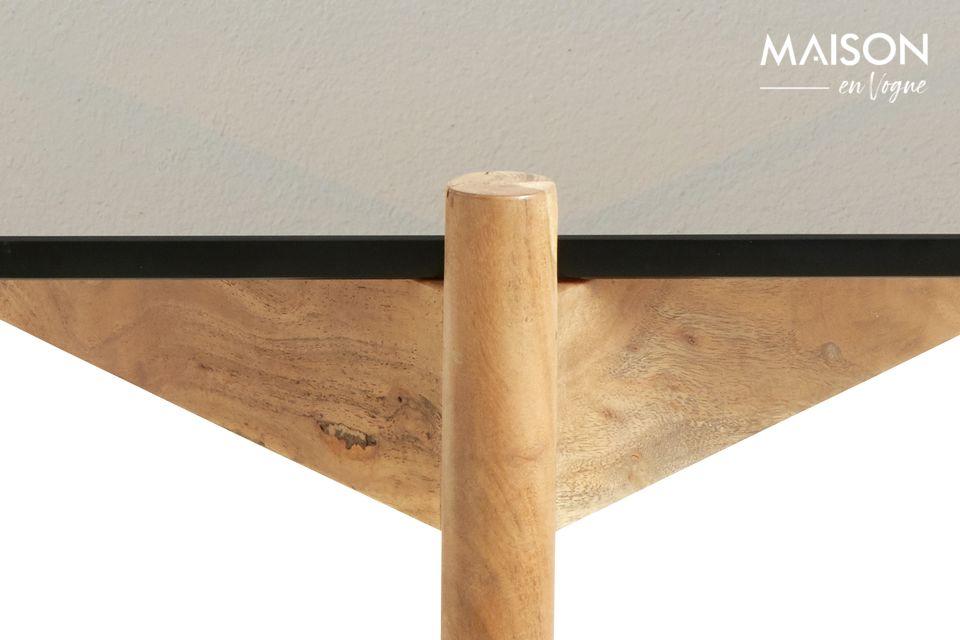 Junto a un conjunto de muebles de madera