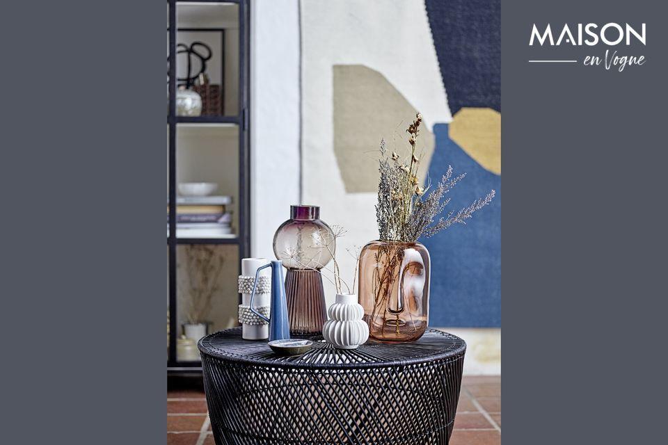 Una mesa de café de ratán con un estilo moderno y puro