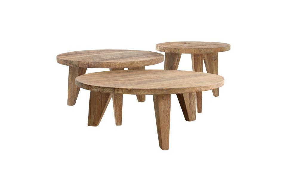 Hecha de teca reciclada, esta mesa de café se apoya en 3 patas trapezoidales