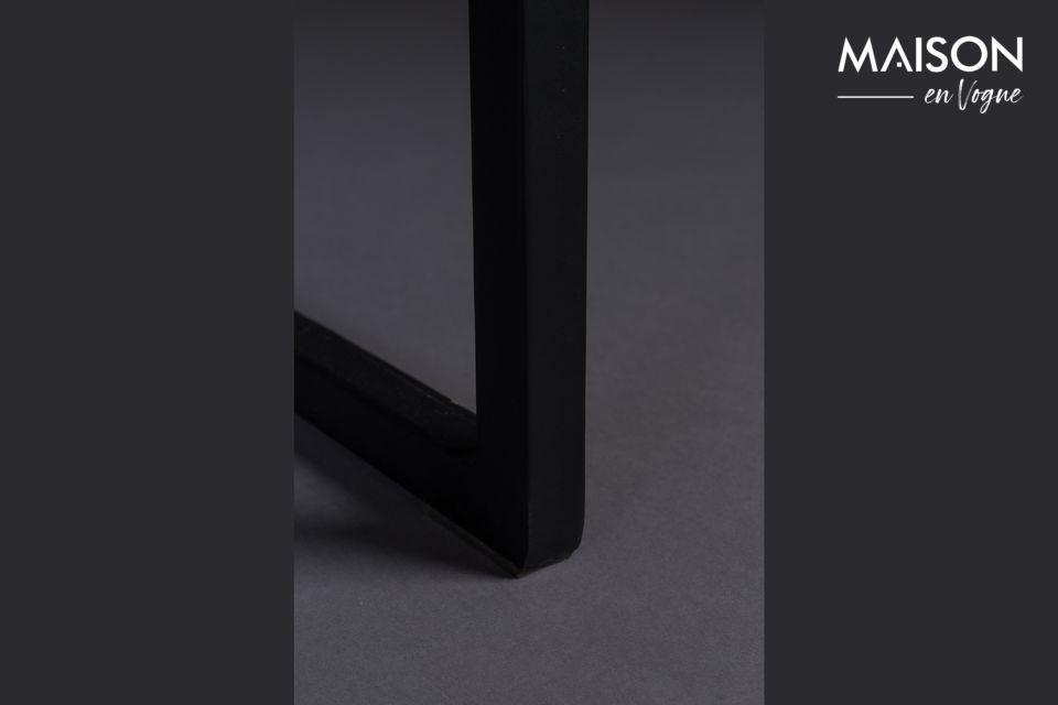 El marco y las patas son de metal negro conectados en el ancho por líneas de ángulo recto