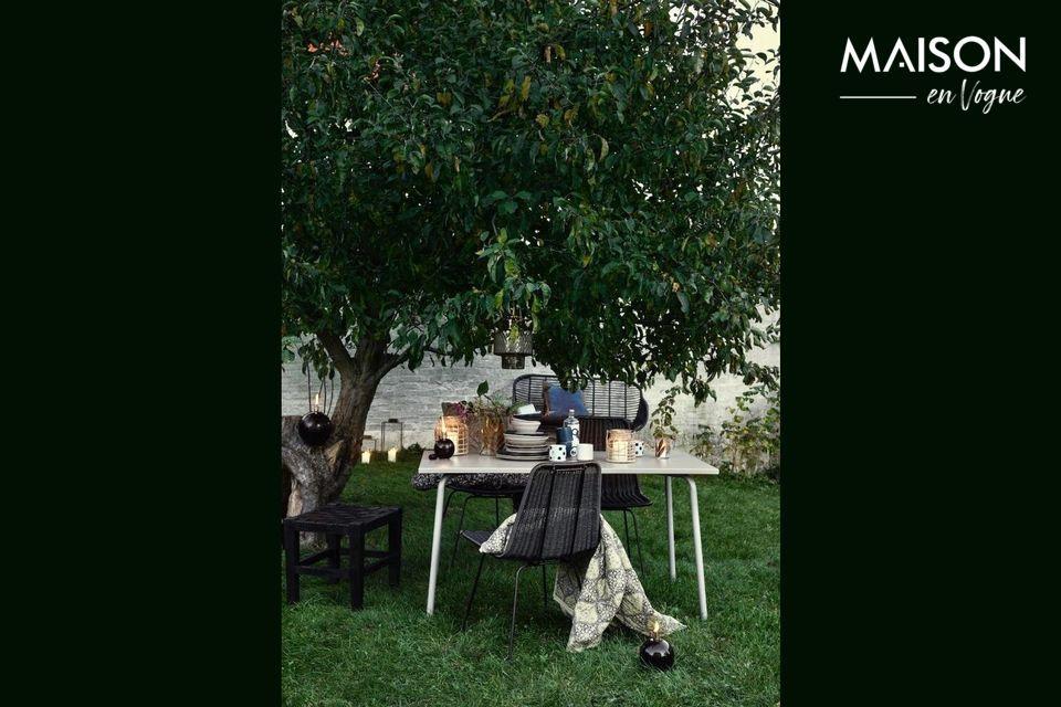 La mesa de jardín Garden es propuesta por Nordal en acero lacado blanco