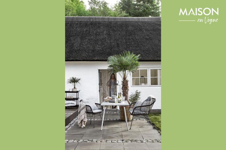 Una blanca y moderna mesa de jardín para sus áreas exteriores