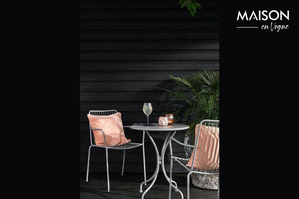 Una mesa de jardín redonda para una elegante terraza