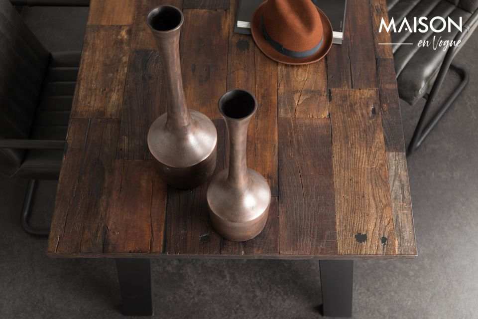 De hecho, la tapa de la mesa está hecha de madera de olmo reciclada, recuperada de casas antiguas