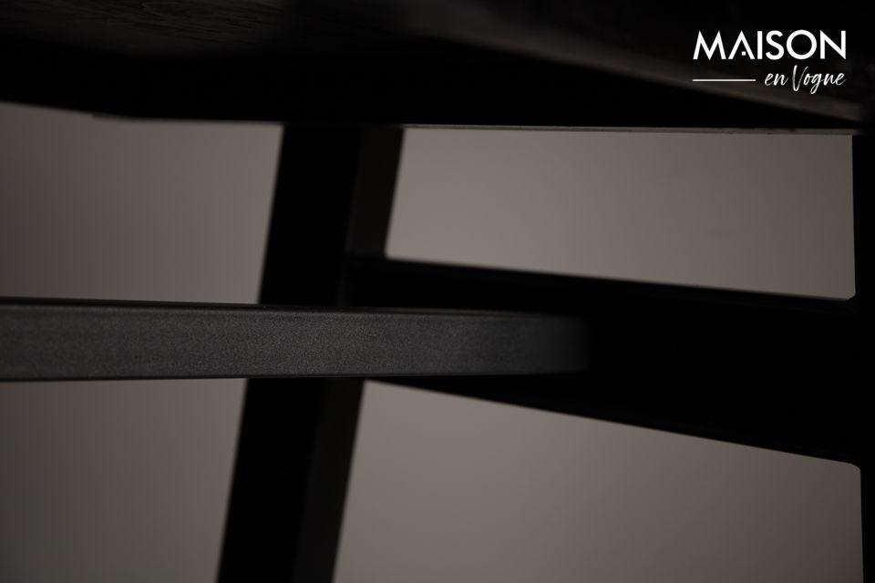El tablero de la mesa está colocado sobre un marco de metal negro