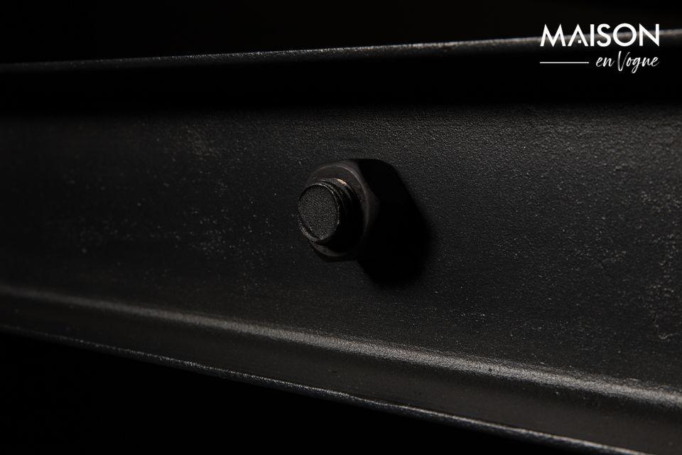 La base es de hierro lacado negro con tornillos visibles para máxima autenticidad