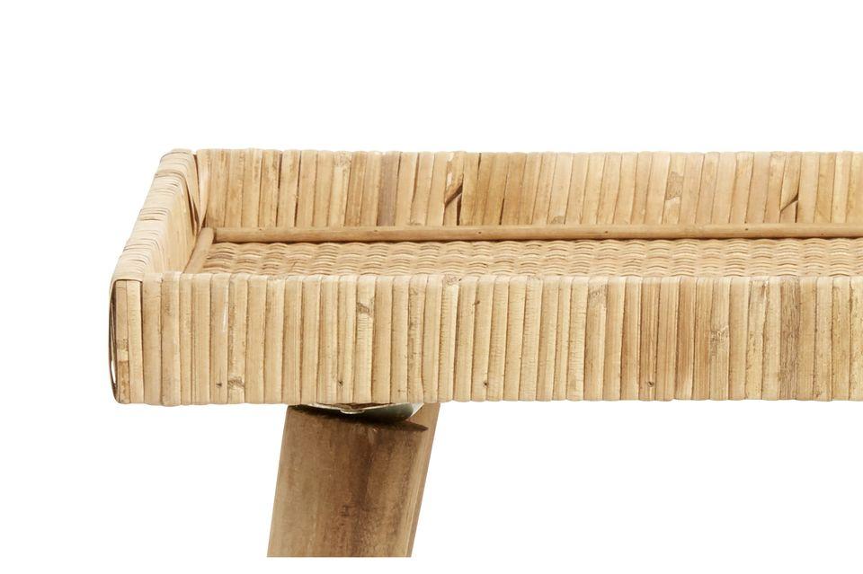 Esta pequeña mesa de ratán se apoya en cuatro patas de pino