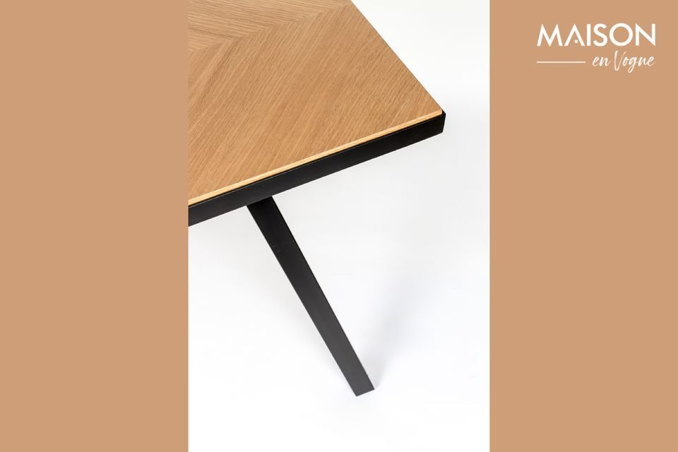El contraste de color entre el tablero natural y las oscuras patas de estilo industrial acentúa el
