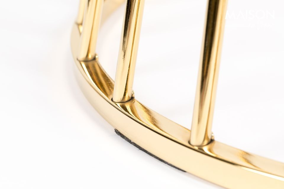 Debajo, la base es una jaula redonda con barras doradas, que se ensancha hacia el fondo